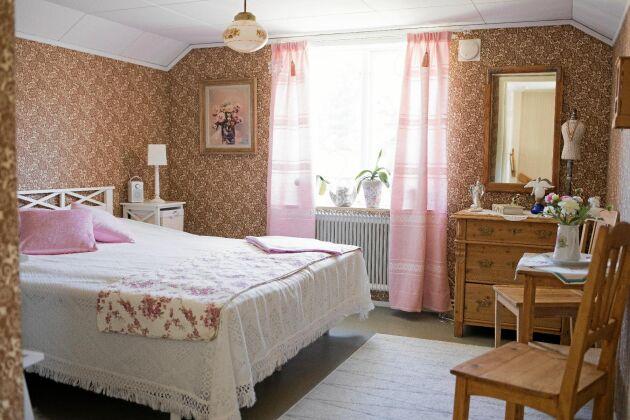 Sängen och sängbordet är nyinköpta, övriga möbler är loppis- eller auktionsfynd. Byrån är från Carinas morfar.