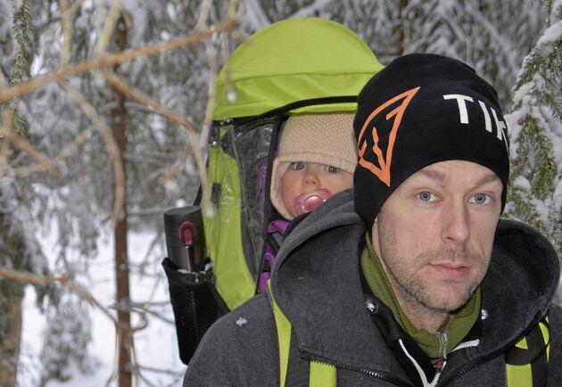 Fredrik Flod är just nu föräldraledig och har sällskap av snart ettåriga Ebba i skogen.