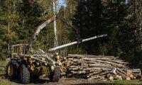 Skogsmaskin ramlade av släp på vägen