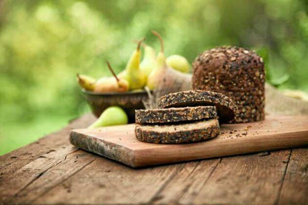 Fullkorn, som finns i bland annat fullkornsbröd, kan skydda mot tarmcancer, enligt flera vetenskapliga studier.