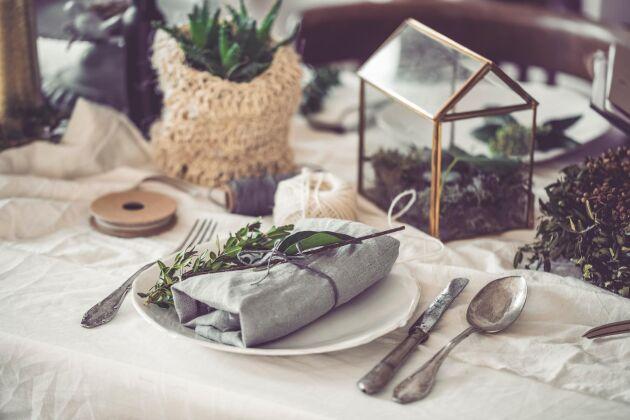 Försök att hitta linnedukar och linneservetter till din bröllopsmiddag – det finns få material som känns och ser så gedigna ut som linne. Och bry dig inte om att stryka det. Ju skrynkligare desto vackrare.