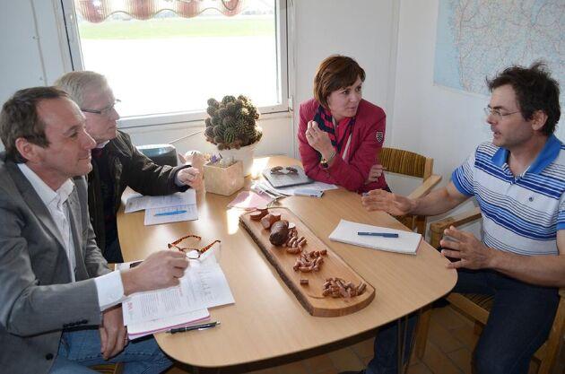 Över några smakprov av gårdens egen korv diskuterar M-politikerna Sten Bergheden, Christer Akej och Cecilie Tenfjord-Toftby lantbrukets framtid med grisuppfödaren Stellan Ericsson.