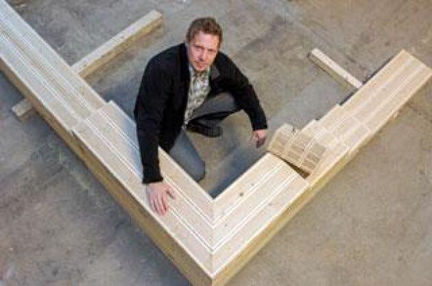 """Som lego. Byggelementen av Isotimber läggs samman som byggklossar av lego. """"Isotimbergs affärsidé är att sälja själva byggklossarna, inte hela hus"""", säger Mikael Östling, grundare till Isotimber. Det som ska säljas är byggklossar som är 300 milimeter breda, 130 millimeter höga och 2 400 millimeter långa. Det ska också finnas färdiga knutar. I första hand isktar Isotimber på att sälja byggelement till villor och småhus. Foto: Gunno Rask"""