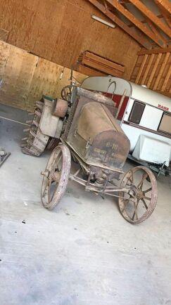 En International 8-16 från 1921 ägs av Eliaz Fahléns morfar. Den är inte till salu. Däremot kan de unga företagarna tänka sig att sälja andra veterantraktorer.