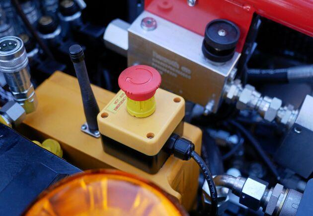 Med en radiostyrd maskin har Lennartsfors byggt in flera säkerhetslösningar.