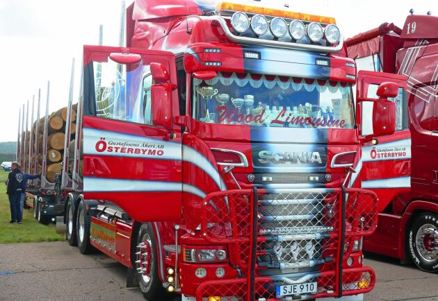 Timmerbilen från Gustafssons åkeri i Österbymo har också last av högsta kvalitet.