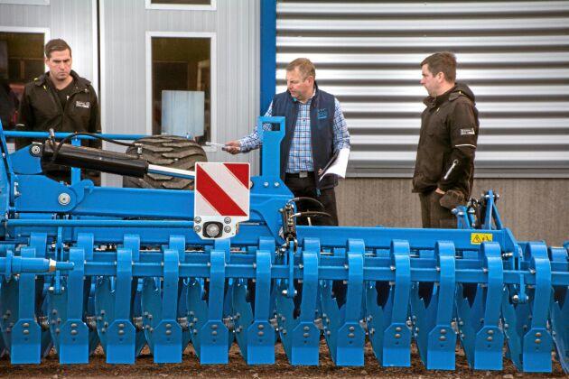 Mats Jönsson, försäljare på Lemken, var på plats när Swedish Agro Machinery invigde i Skara. Bröderna Anton och Anders Ljungström tillhörde den stora skaran besökare under dagen.