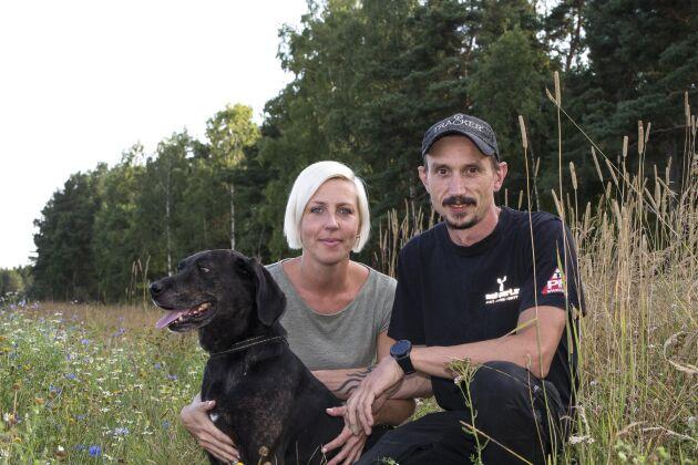 För Annica Tengelin och Anders Hultstrand, här med hunden Mac, är grävlingsjakt dels ett intresse, dels ett sätt att hålla hundarna i gång inför årets riktiga höjdpunkt: Björnjakten.
