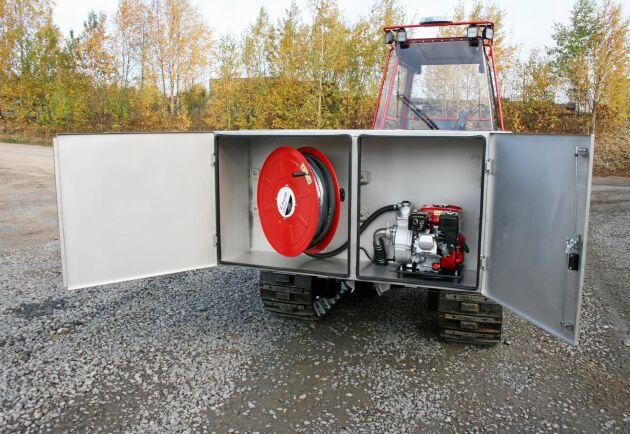 Slang och vattenpump sitter behändigt baktill på Terris maskin.