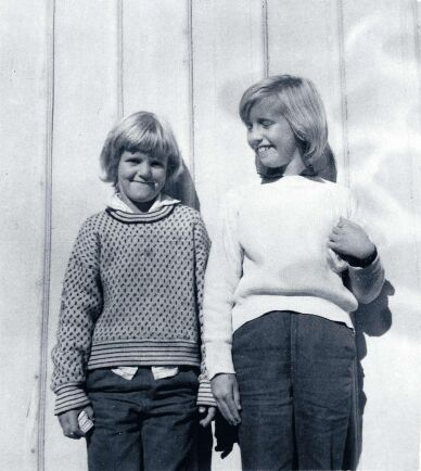 Helen Backlund, textilkonstnär, i sin barndoms fiskartröja tillsammans med kusinen Maria.