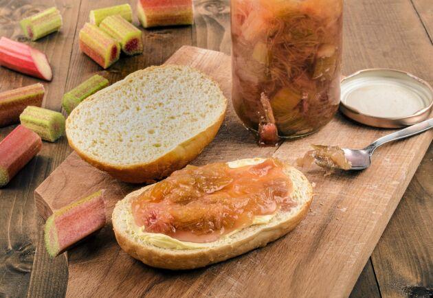 En god rabarbermarmelad med ingefära som har många användningsområden.