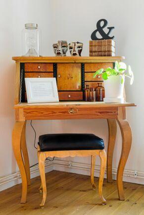 Det smäckra skrivbordet i hallen är ett auktionsfynd.
