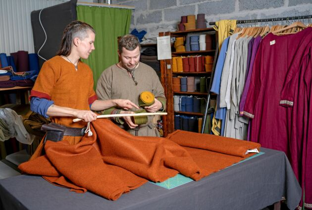 Korp och Robert gillar att jobba tillsammans i butiken och på gården.