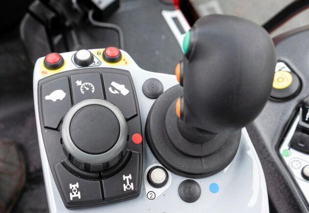 Traktorn andas kvalitet men manövreringen känns lite omodern. På armstödet finns joystick för frontlastare och reglage för inställning av transmission och yttre hydraulik.
