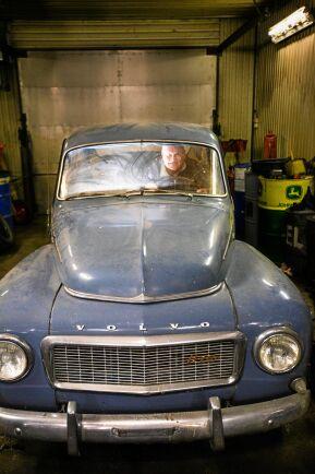 Grannen Rickard Nilssons Volvo PV från 1962 ska få service.