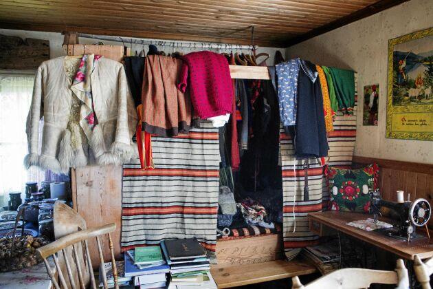 Inbyggd säng och klädförvaring i ett av de gamla husen på fäboden.