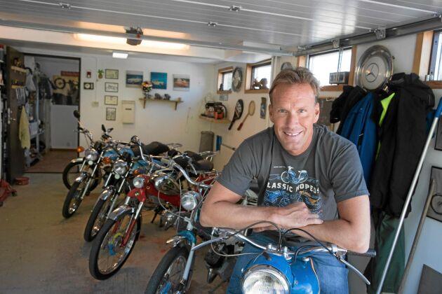 Lars passion är att hitta äldre mopeder som han sedan får renovera och tillbringar åtskilliga timmar i parets garage. Det finns hela tiden något som behöver fixas.
