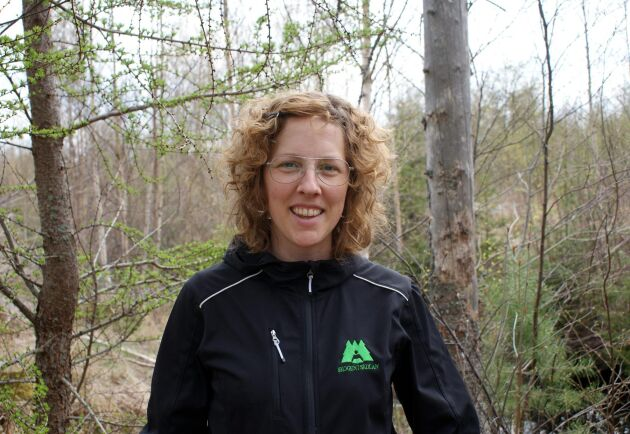 Kerstin Ström är projektledare för Stoppa borrarna på Skogstyrelsen och rekommenderar skogsägare att använda fällor för att se när borrarna svärmar.