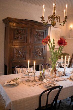 Det stora antika skåpet i matsalen köpte paret redan innan de köpte huset.
