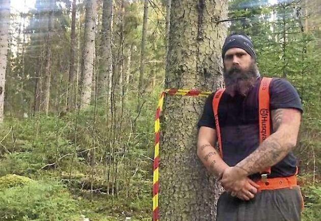 Johan Larsson i byn Junnarp köpte 26 hektar skog. Nu är 13 hektar nyckelbiotopsregistrerad, men den utlovade ersättning för skydd av skog kan han få vänta länge på när Skogsstyrelsen fryst årets budget.