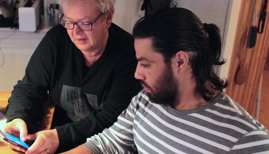 Smart översättningsapp i mobilen har varit till stor hjälp för Barbro och Naeef.