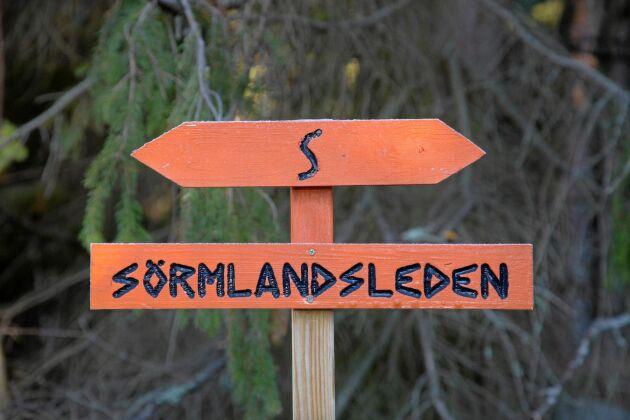 """Sörmlandsleden markeras med orange markeringar och vid behov även pilar med bokstaven """"S"""" på."""