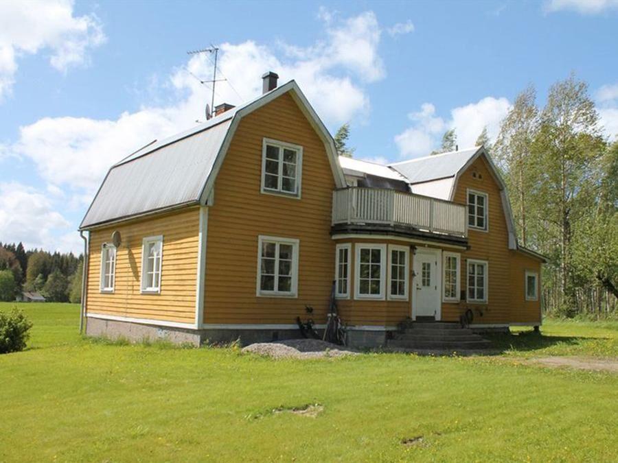 I bostadshuset finns kakelugnar och trägolv.