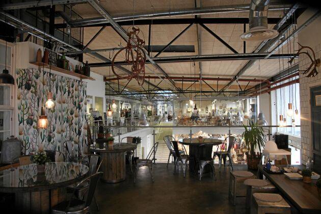 I gallerian finns Café Returama som bjuder på ekologisk fika och lunch
