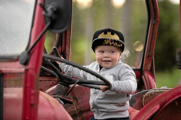Vilmer Andersson som bara är ett och ett halvt år gammal fick provsitta Arnold Anderssons David Brown -63. Entusiasmen hos honom gick inte att ta miste på.