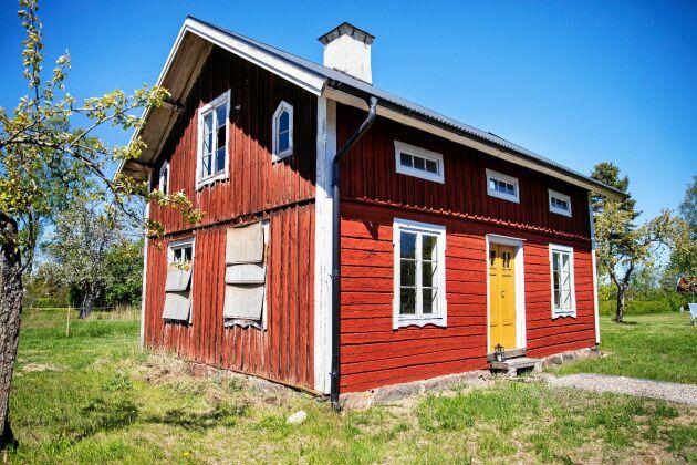 Gammelhuset är slitet och med trasiga fönster men tack vare bra tak, inte ruttet
