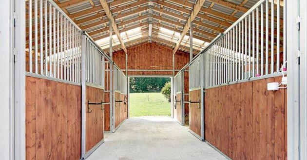 Det går att bygga ut det nybyggda stallet vid behov eller konvertera någon av de andra byggnaderna till stall. Det var fallet på gården tidigare.