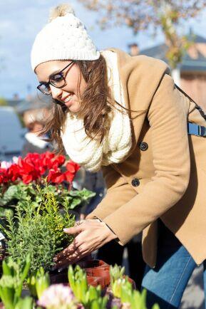 Att ge blommor är nyttigt också för den som ger, det syns på leendet.