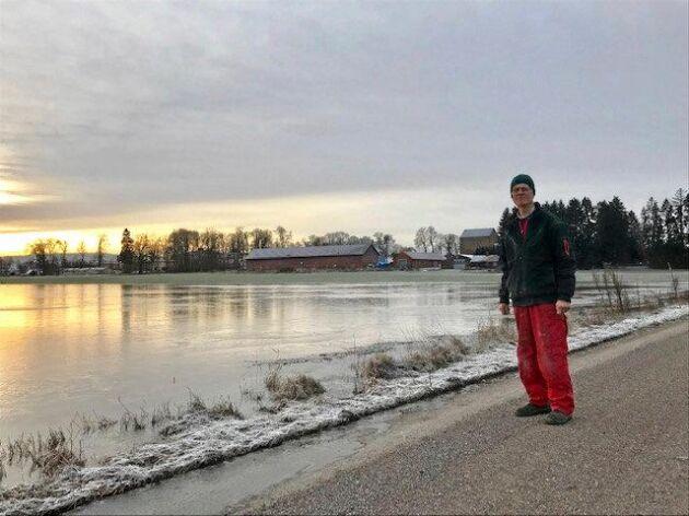 Höga vattennivåer i Mälaren har lett till översvämningar på lantbrukare Ivar Insulanders åkrar utanför Enköping. Enligt honom är det ovanligt att markerna svämmar över så mycket i december.