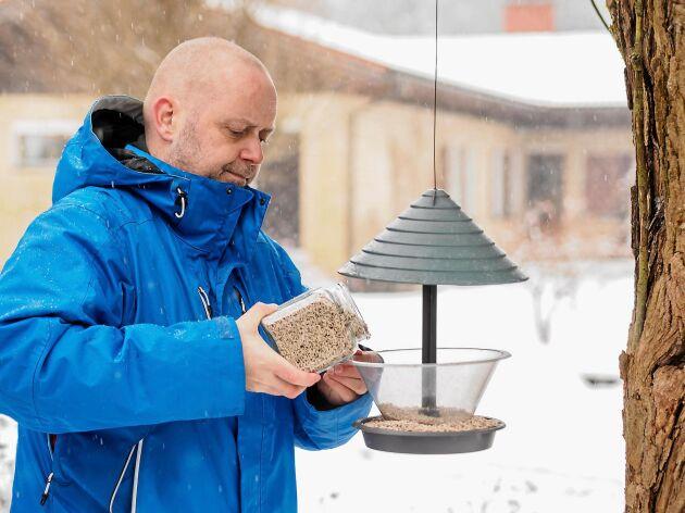Många av oss fyller på fågelmataren regelbundet under vintern.