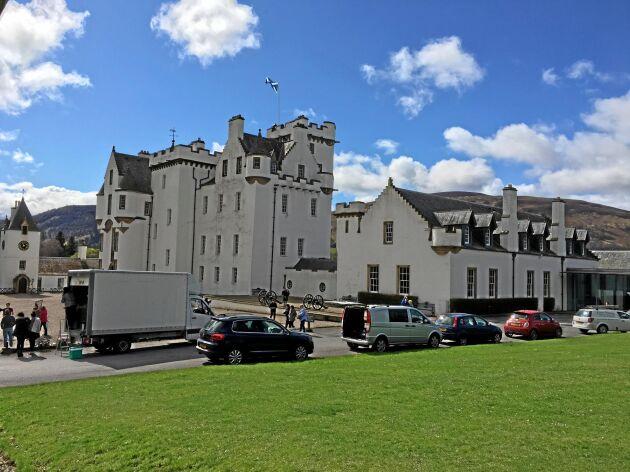 Enligt guiden Kirsti Halvosen Brown äger 432 personer drygt hälften av all mark i Skottland. En av dem är John Murray, som äger Blair Atholl Estate med Blair Castle. Han bär titeln Duke of Atholl (hertigen av Atholl), men bor i Sydafrika.