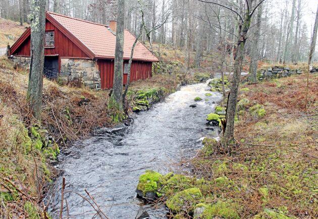 En klar majoritet av svenska folket är positiv till vattenkraften, hävdar debattörerna.