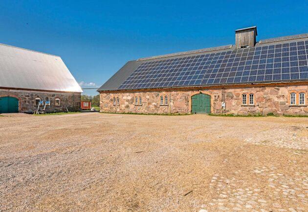 Ladugård i natursten med solceller på taket.