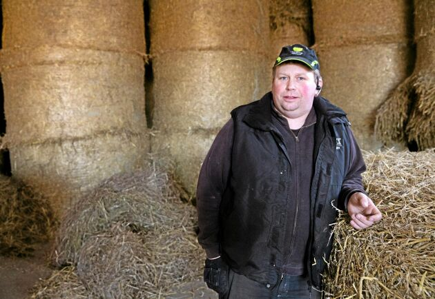 Peter Larsson på Mälhammars gård kommer att behöva ta av årets foderskörd två månader tidigare än normalt.