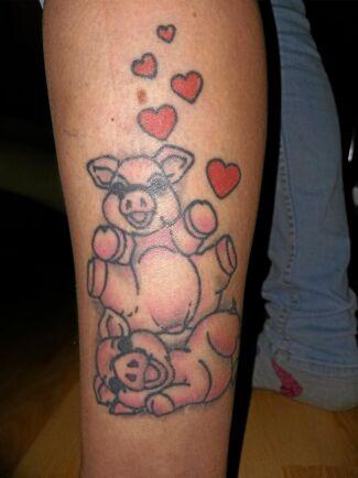 Diana Andreassons arm pryds av glada grisar.