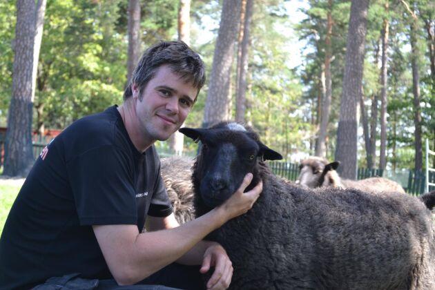 Innan Jimmy Fredriksson började som djurskötare i Lillskogen jobbade han med mjölkkor och på grisgård.
