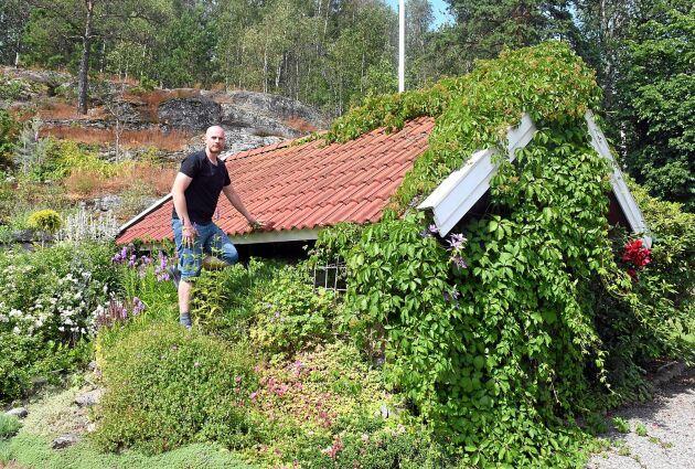 Andreas Benkel har låtit ett av husen i trädgården bli en del av växligheten och även bergssluttningen i bakgrunden har han lagt mycket tid på.