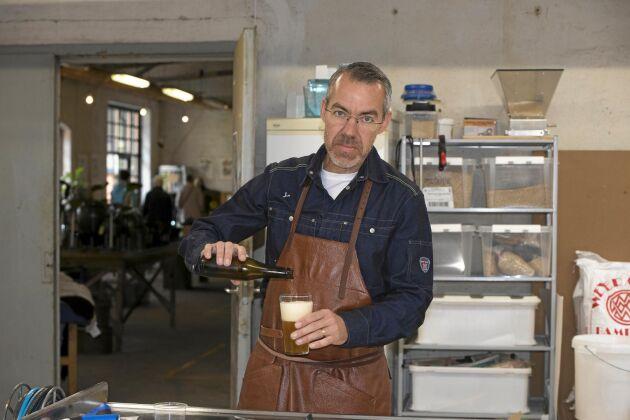 Ölbryggare Anders Nilsson ser till att ölen görs lokalt för alla gäster.