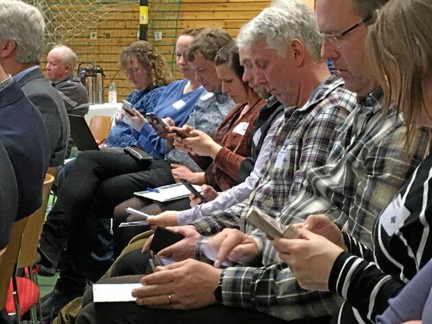 Det var inget mobilförbud på stämman, tvärtom uppmanades deltagarna flera gånger att ta upp sina telefoner och svara på frågor.