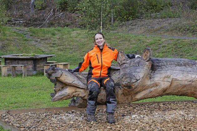 Träbildhuggare Lotta Boholm Walls träskulpturer finns på hela området.