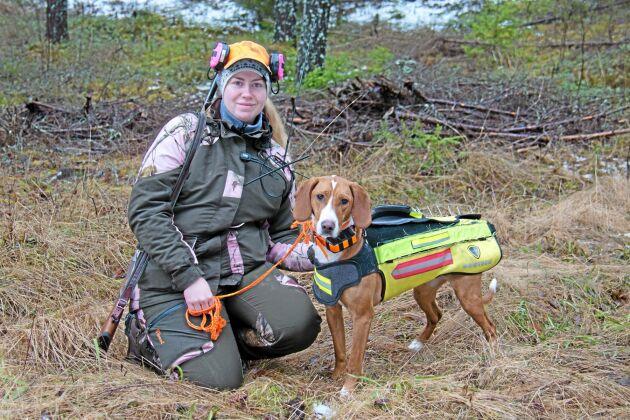 Angelica Åhlfeldt och hennes posavski gonic, en stövvarras från Kroatien. Daisy heter hunden som hade minst två rävar uppe på benen under dagen.