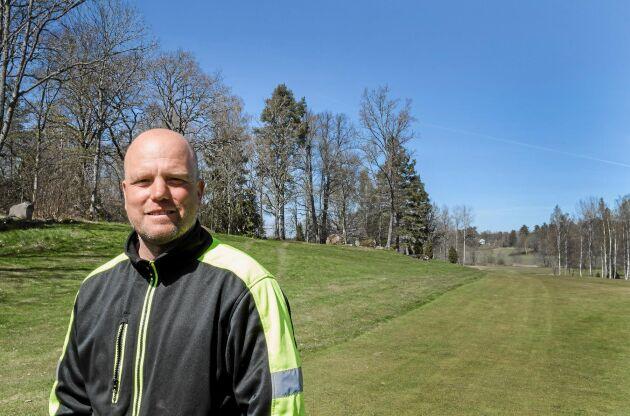 """""""Vi har redan 70 fågelholkar på anläggningen som gynnar fåglarna. Och vi har vattensalamandrar i dammar. På något sätt trivs vissa arter här ute"""", säger Patrik Tagesson, banchef på Nybro golfklubb."""