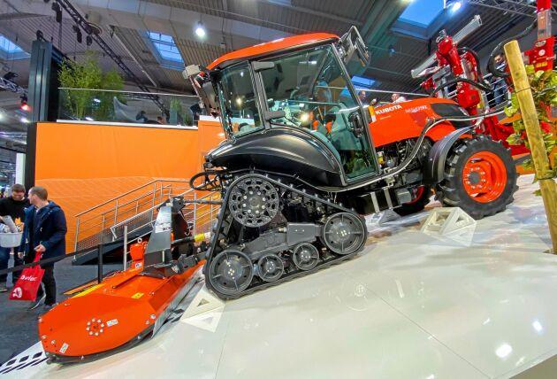 Kubota visade upp sin M 5091 Power Crawler med halvband. Det är en liten traktor på 3300 kilo. Under huven sitter tillverkarens egna fyrcylindriga motor på 94 hästkrafter.