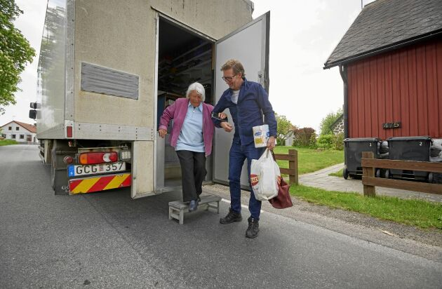 Eivor Östergren i Olseröd får en hjälpande hand av Magnus.