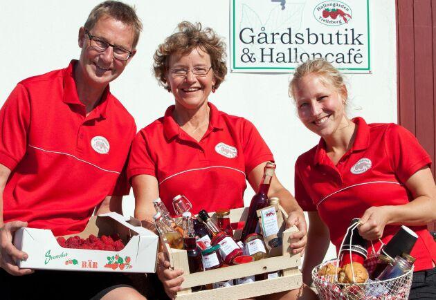 Hallongården är ett rent familjeföretag, som drivs av makarna Kerstin och Johan Bjärsjö tillsammans med äldsta dottern Anna.