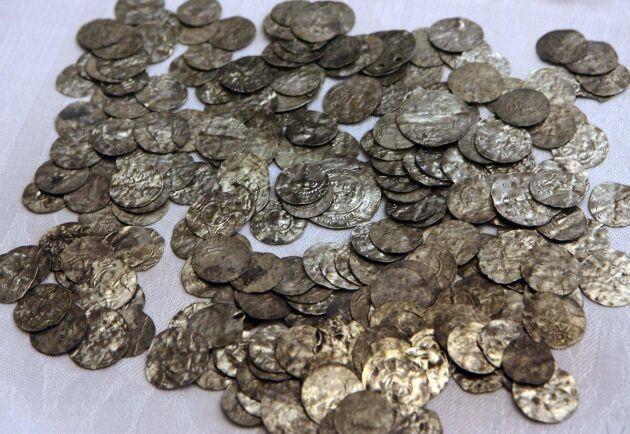 Gamla silvermynt har hittats på Gotland. Bilden från ett tidigare fynd, då mynt från 1000-talet. Arkivbild.
